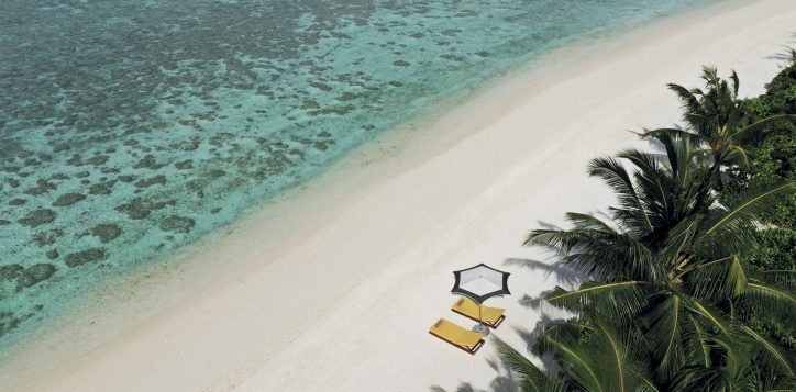 pmm_umbrella_deckchairs_aerial